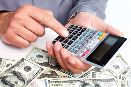 ahorros: Mano con una calculadora. Concepto de ahorro de dinero.