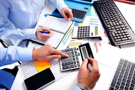 contadora: Mano con la calculadora. Finanzas y contabilidad empresarial. Foto de archivo