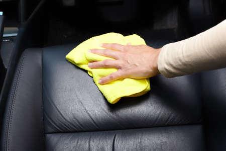 asiento coche: Mano asiento de coche de limpieza.