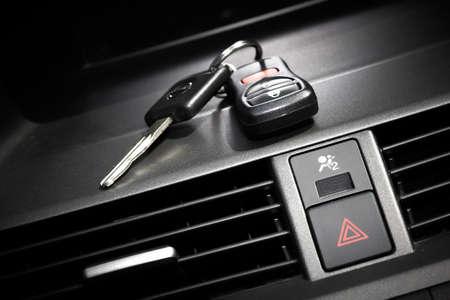 slot met sleuteltje: Autosleutels. Auto dealer concept.