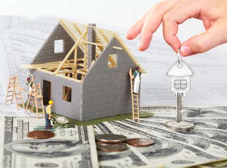 renovation de maison: Maison de famille avec l'argent et la cl�. Construction de fond.