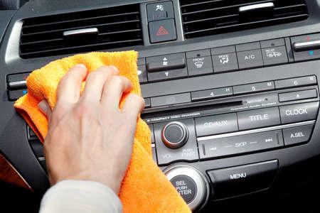 microfibra: Mano con el coche pa�o de limpieza de microfibra. Foto de archivo