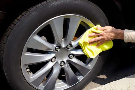 cleaning car: Mano con el coche pa�o de limpieza de microfibra. Foto de archivo