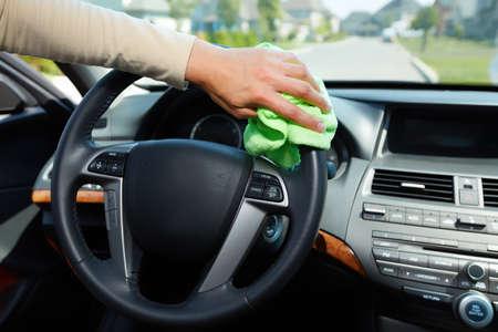 lavare le mani: Mano con microfibra panno di pulizia dell'automobile.