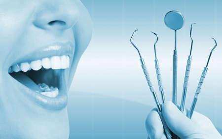 odontologia: Mujer Dientes hermosos con herramientas dentales. Foto de archivo