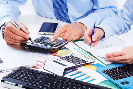 contabilidad financiera cuentas: Mano con la calculadora. Finanzas y contabilidad empresarial. Foto de archivo