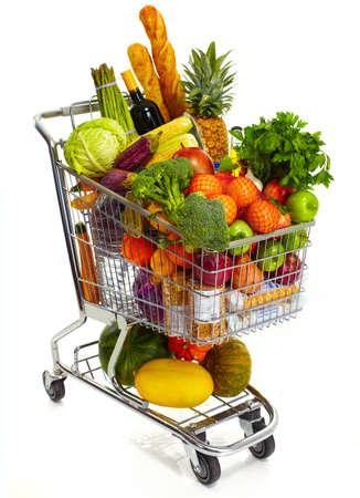 supermercado: Comercial completa de comestibles de compras. Aislado sobre fondo blanco. Foto de archivo