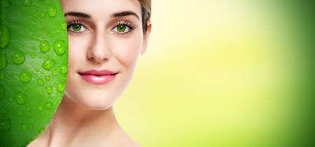 piel: Hermosa joven retrato de cerca Cuidado de la piel