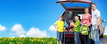 新しい車の近くに幸せな家族。キャンプの概念の背景。