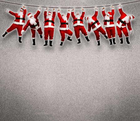 weihnachtsmann lustig: Weihnachten am Seil hängen. Lustige Konzept Hintergrund. Lizenzfreie Bilder
