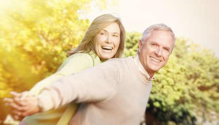 mujeres ancianas: Feliz pareja senior se relaja en el parque Foto de archivo