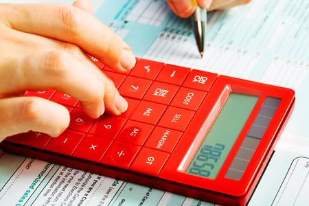 contabilidad financiera cuentas: Manos de contador con la calculadora y la pluma. Fondo de Contabilidad. Foto de archivo