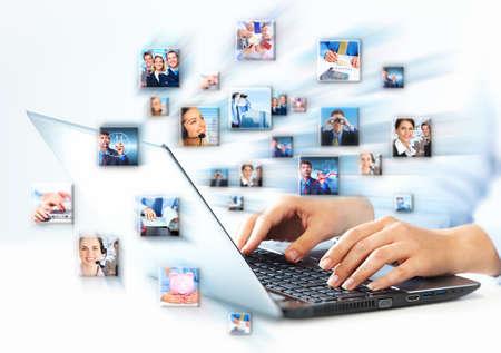 studie: Ruce podnikání žena s laptop klávesnici počítače.