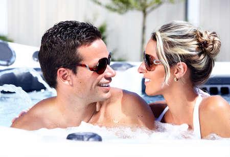 vasos de agua: Feliz pareja relajándose en el jacuzzi. Vacaciones.