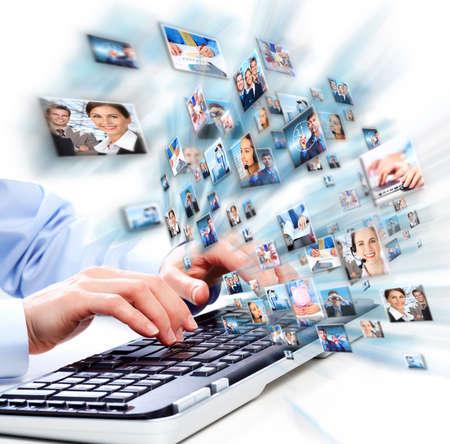 toetsenbord: Handen van zakenvrouw met laptop toetsenbord van de computer.