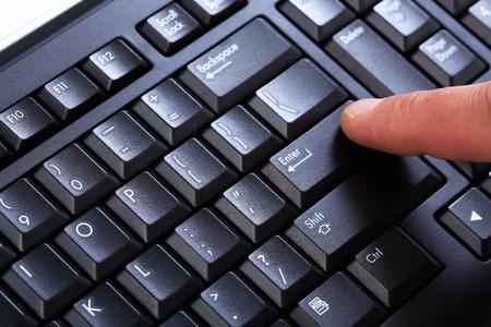 tecla enter: Manos de hombre de negocios con un teclado de computadora. Foto de archivo