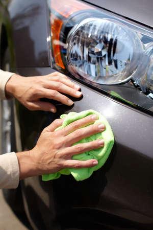 autolavaggio: Mano con auto microfibra panno di pulizia.