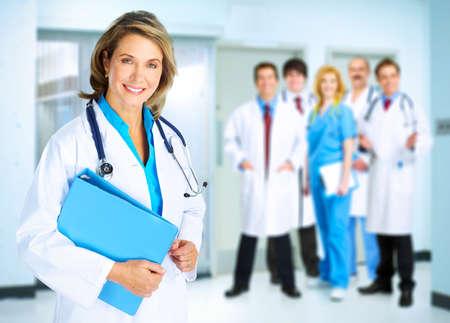 ヘルスケア: 聴診器で笑顔のかかりつけの医者の女性。健康管理。