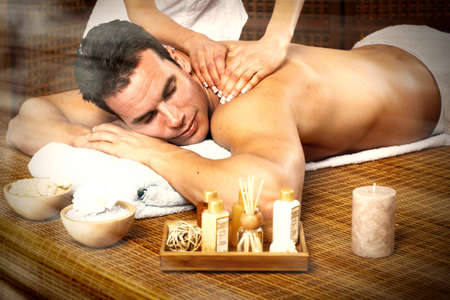 homme massage: Bel homme de détente dans le salon de massage spa. Banque d'images
