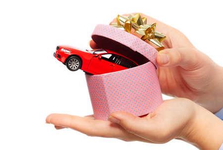 gifts: Nieuwe auto cadeau. Auto dealer en verhuur concept achtergrond.