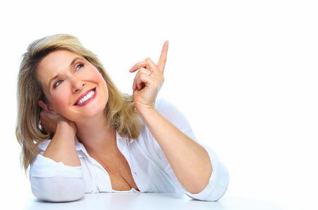 arrugas: Aislado Mujer mayor mirando copyspace fondo blanco.