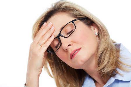 dolor de cabeza: Mujer mayor que tiene un dolor de cabeza. El estr�s y la depresi�n.