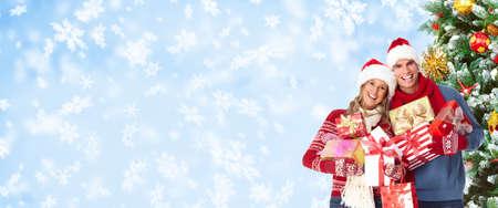 snowy background: Feliz pareja en ropa de invierno sobre fondo de nieve
