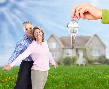 nieruchomosci: Starszy para w pobliżu nowego domu Nieruchomości tle