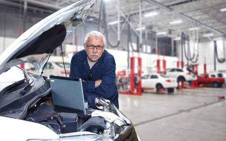 garage automobile: M�canicien automobile �ge m�r de travail dans le service de r�paration de voiture Banque d'images