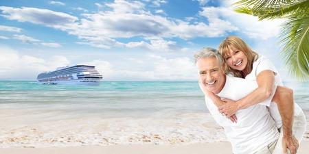 navios: Casal de idosos feliz na praia de f Banco de Imagens