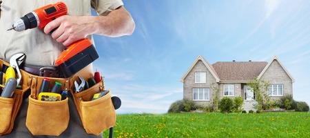 alba�il: Trabajador con un cintur�n de herramientas. Construcci�n y renovaci�n de la casa concepto.