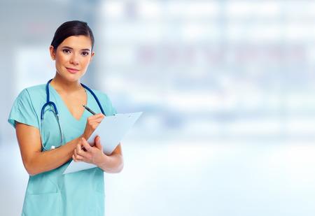 enfermeros: Doctor hermoso de la mujer sonriente sobre fondo azul de hospital
