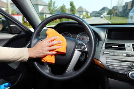 rag wheel: Hand cleaning car.