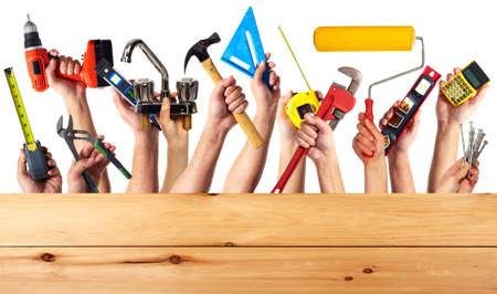 carpintero: Manos con las herramientas de construcción.