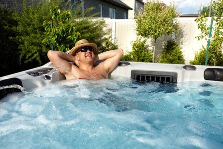 Hombre que tiene masaje en el spa bañera de hidromasaje.
