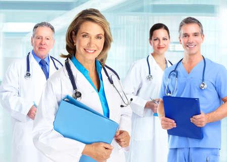 醫療保健: 醫生團隊在藍色背景的醫院 版權商用圖片