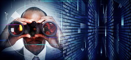 monitoreo: Hombre con los prismáticos en el fondo tecno Foto de archivo