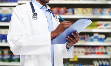 recetas medicas: Manos de m�dico hombre negro. Foto de archivo