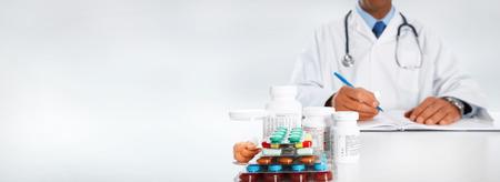 pilule: El doctor escribe la prescripción médica. La asistencia sanitaria fondo Farmacéutica
