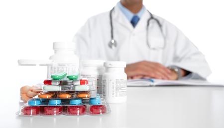 pilule: El doctor escribe la prescripci�n m�dica. La asistencia sanitaria fondo Farmac�utica