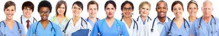 consulta médica: Grupo de médicos. La atención de salud bandera blanco Foto de archivo