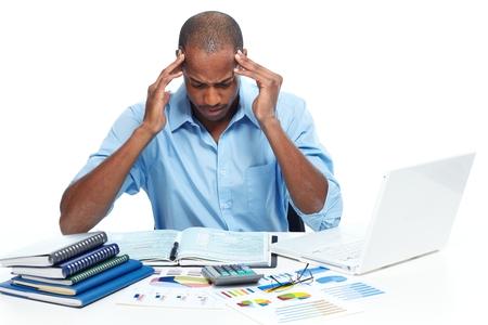 dolor de cabeza: Hombre afroamericano que tiene un dolor de cabeza. El estrés y la frustración. Foto de archivo