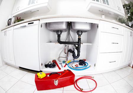 ca�er�as: Herramientas de fontanero en la cocina.