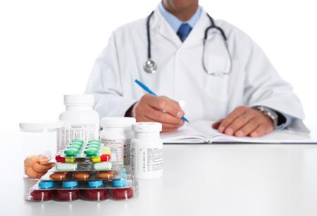 pilule: El doctor escribe la prescripción médica.