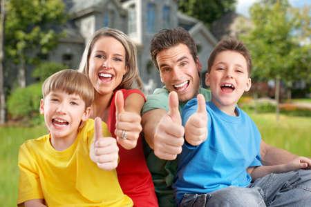 personne heureuse: Famille heureuse pr�s de la maison nouvelle.