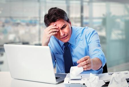 dolor de cabeza: Empresario Contador tiene un estrés Foto de archivo