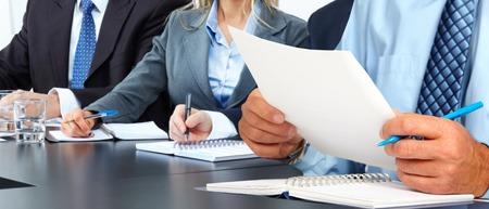 contabilidad: Las manos del hombre con el papel