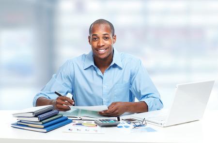 secretaria: Hombre de negocios negro afroamericano en el cargo.