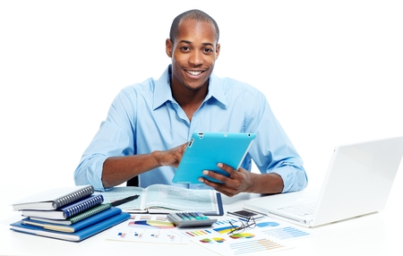 jefe: Hombre negro que trabaja con la computadora tablet Foto de archivo