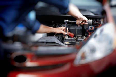 mecanico automotriz: Mecánico que trabaja en el garaje de reparación de automóviles